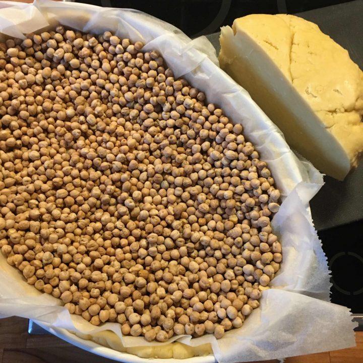 Suppilovahvero-juustopiiras ja rapeaa lehtikaalia
